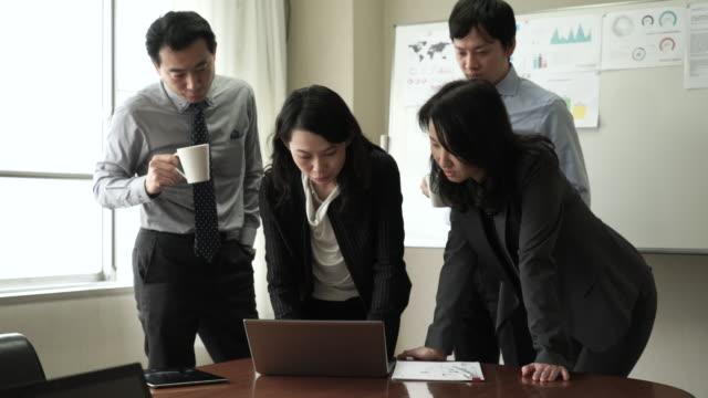 деловых людей в совещании группы - debate стоковые видео и кадры b-roll