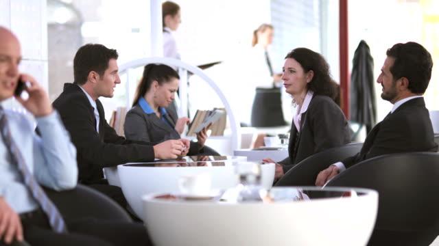 hd dolly: ludzie biznesu w stołówce - stołówka filmów i materiałów b-roll