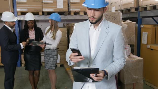 Gente de negocios en almacén - vídeo