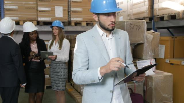 vídeos y material grabado en eventos de stock de gente de negocios en almacén - suministros escolares