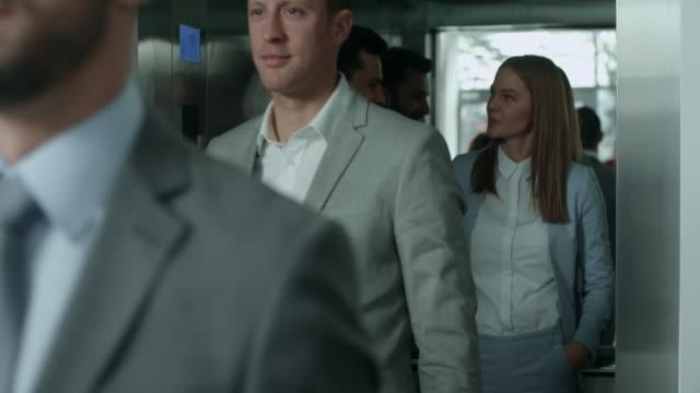uomini d'affari lasciando ascensore - ascensore video stock e b–roll