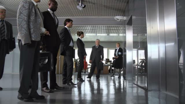 dolly hd: business persone lasciare il lavoro - ascensore video stock e b–roll
