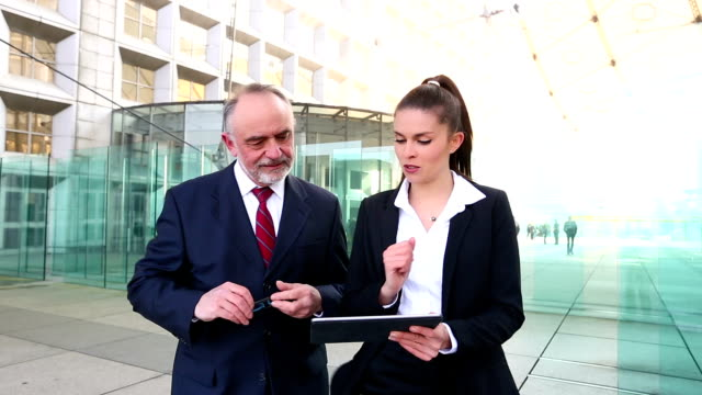 vídeos de stock e filmes b-roll de negócios pessoas que se encontram e conversam nos distrito financeiro, filme de alta definição (1920 x 1080, 25 fps - senior business woman tablet