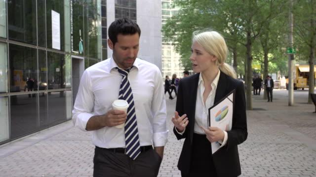 uomini d'affari riunione nel quartiere finanziario - collega video stock e b–roll