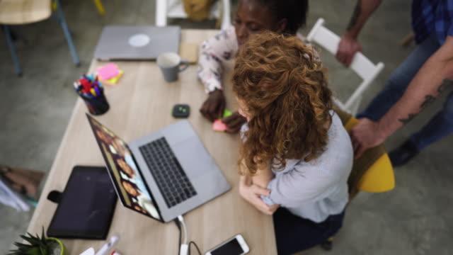 geschäftsleute auf videokonferenz - webinar stock-videos und b-roll-filmmaterial