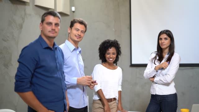 vídeos de stock, filmes e b-roll de retrato de pessoas de negócios em reunião de negócios - sul europeu