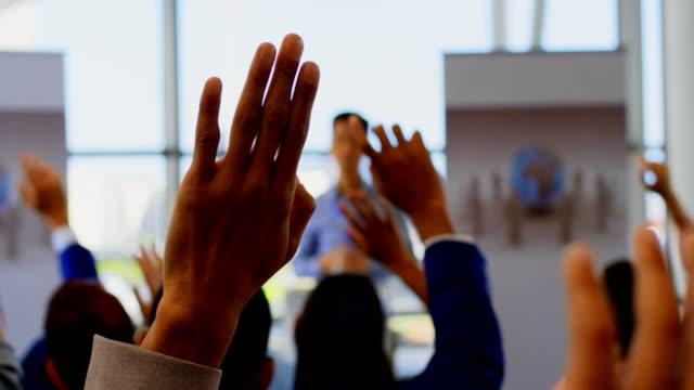 vídeos de stock, filmes e b-roll de executivos que levantam suas mãos no seminário 4k do negócio - questionário