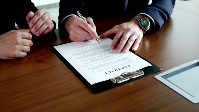 vídeos de stock e filmes b-roll de business people signing a contract - contrato