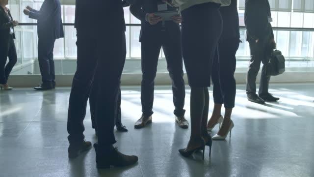 Gente de negocios habla después de conferencia de vídeo 4 K - vídeo