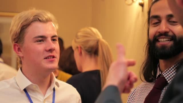 affärsmän som talar efter mötet - affärskonferens bildbanksvideor och videomaterial från bakom kulisserna