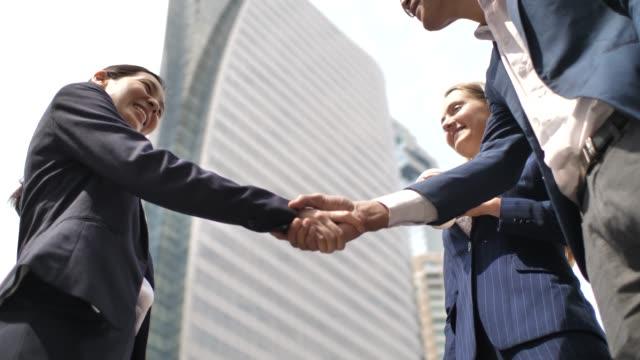 vídeos de stock, filmes e b-roll de executivos que falam e que handshaking - dia do cliente