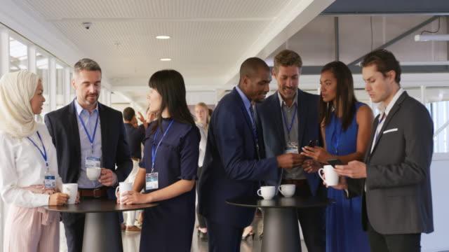 Geschäftsleute sprechen während einer Kaffeepause auf einer Convention – Video