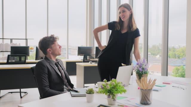 vídeos de stock e filmes b-roll de business people talking, leading conference room meeting. - envolvimento dos funcionários