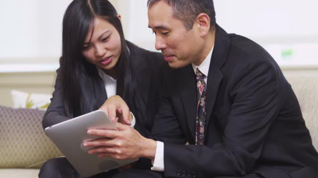 vídeos de stock e filmes b-roll de negócios pessoas usar tablet digital em conjunto - envolvimento dos funcionários
