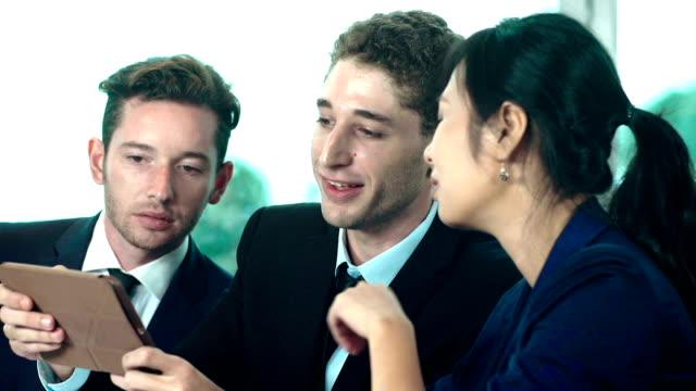 affärsmän använder surfplatta i office - formella kontorskläder bildbanksvideor och videomaterial från bakom kulisserna