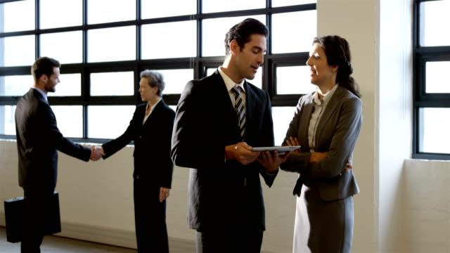 vídeos y material grabado en eventos de stock de gente de negocios usando tableta - corbata