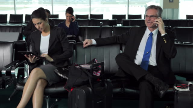 stockvideo's en b-roll-footage met business people wait in airport lobby - vliegveld vertrekhal