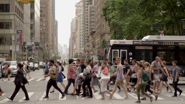 vídeos y material grabado en eventos de stock de gente de negocios caminar en el distrito financiero de una metrópoli. - señalización vial