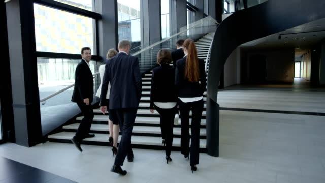 vídeos de stock, filmes e b-roll de pessoas de negócios andando no corredor - rh