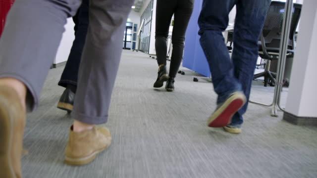 affärsfolk som går genom kontors korridor - nystartat företag bildbanksvideor och videomaterial från bakom kulisserna