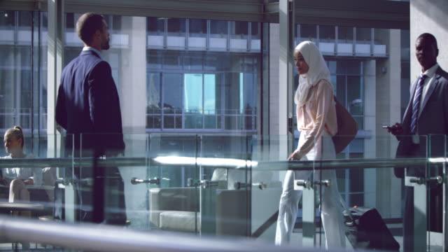 affärsfolk som vandrar med bagage i korridoren på office 4k - kostym sida bildbanksvideor och videomaterial från bakom kulisserna