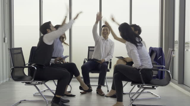 vídeos de stock e filmes b-roll de business people was celebrating together at office. they having success business plan or marketing plan. - envolvimento dos funcionários