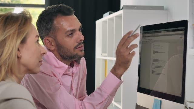 geschäftsleute, die im büro arbeiten - verantwortung stock-videos und b-roll-filmmaterial