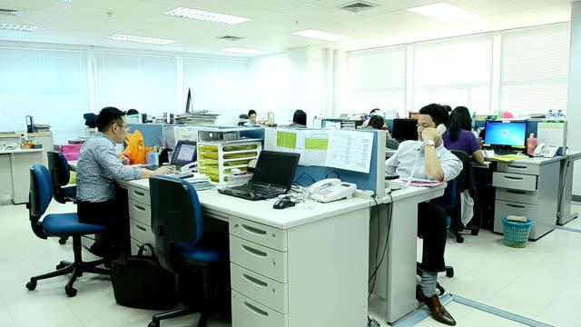 ビジネスオフィスで働く人 - 会社点の映像素材/bロール