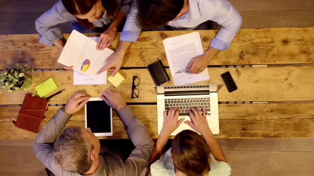 Geschäftsleute Arbeiten am Schreibtisch – Video