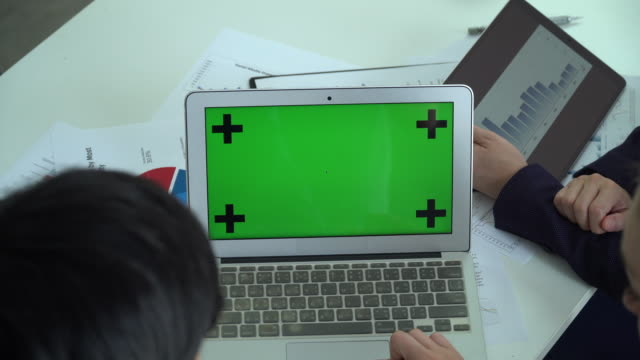 Video Business people Working on Green Screen on a Laptop