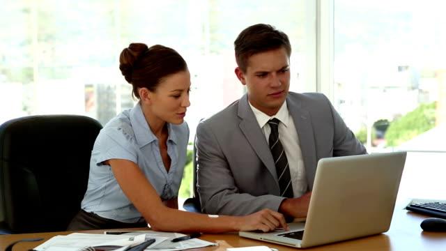 stockvideo's en b-roll-footage met business people working on laptop - overhemd en stropdas