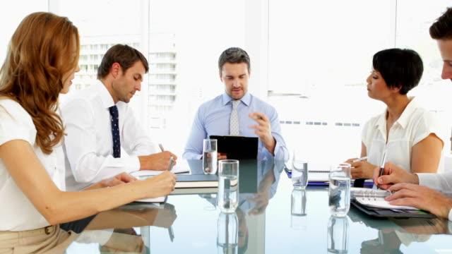 деловых людей, работающих вместе, во время встречи - 30 39 лет стоковые видео и кадры b-roll