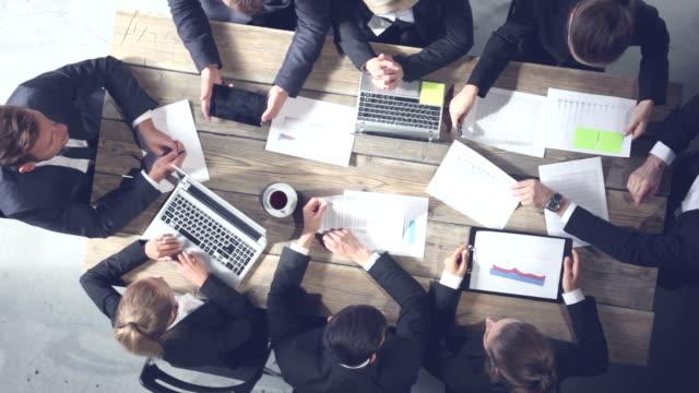 vídeos de stock e filmes b-roll de business people working together - promoção emprego