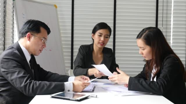 Geschäftsperson brainstorming über Business-Projekt – Video