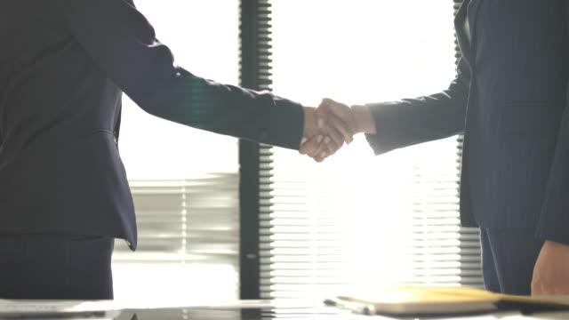 ビジネスパーソンの握手 - サラリーマン点の映像素材/bロール