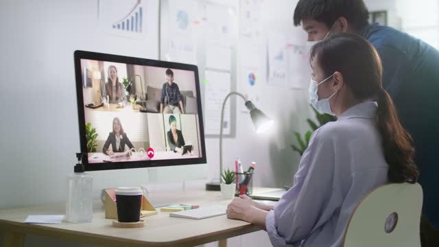 ビデオ会議ビジネスパーソングループを持つビジネスパーソン - 人里離れた点の映像素材/bロール
