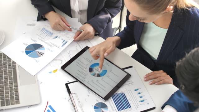 stockvideo's en b-roll-footage met business person team analyse van marktonderzoek, bedrijfsstrategie - bedrijfsstrategie