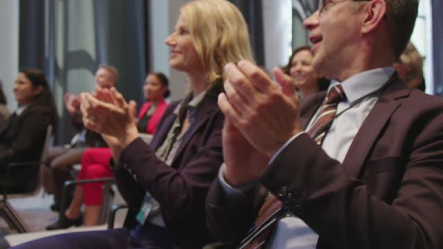 セミナー中に拍手を送るビジネスプロフェッショナル ビデオ
