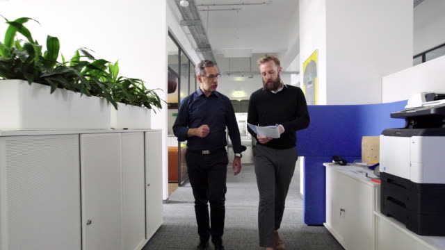 vídeos y material grabado en eventos de stock de profesionales de negocios que se postulan para asistir a una reunión en la oficina - dos personas