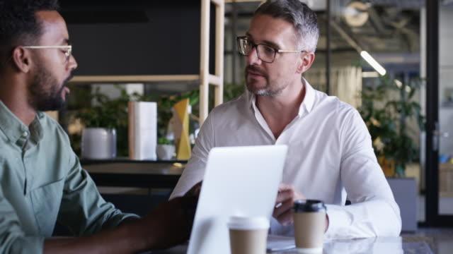vídeos de stock e filmes b-roll de business success founded on teamwork - duas pessoas