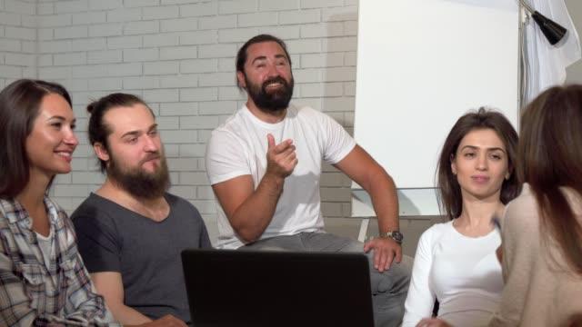 Equipo de negocios aplaudiendo durante la reunión en la oficina - vídeo