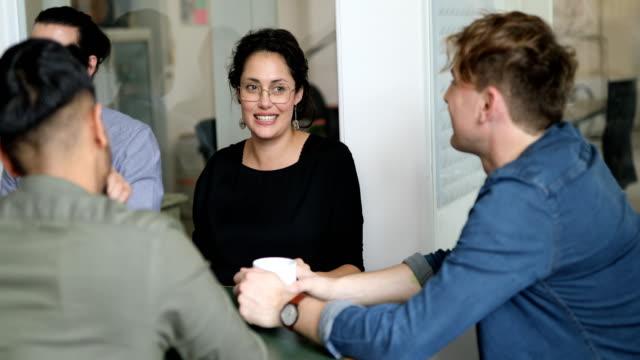 zespół biznesowy rozmawia podczas przerwy kawowej - stołówka filmów i materiałów b-roll