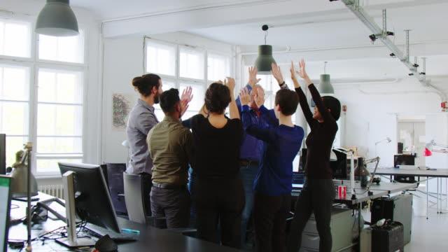ハドルで手をつないで応援するビジネスチーム - 合意点の映像素材/bロール