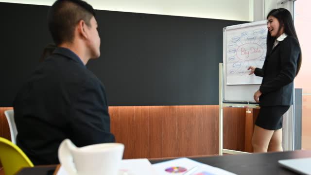 vídeos de stock e filmes b-roll de business team discussing and meeting in office - envolvimento dos funcionários