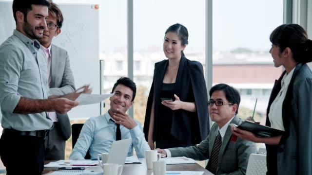 Équipe d'affaires discutant du projet de plan marketing - Vidéo