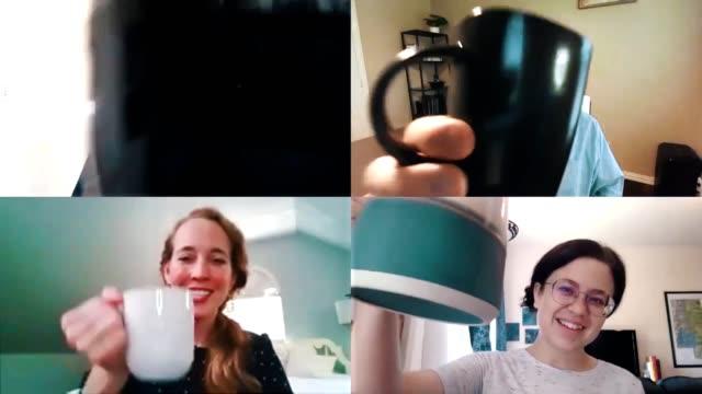 vidéos et rushes de l'équipe d'affaires termine la réunion virtuelle par un toast de célébration avec des tasses à café - boisson chaude