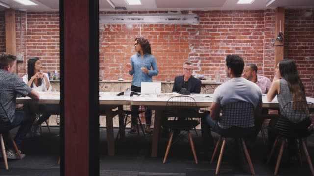 vídeos de stock, filmes e b-roll de equipe do negócio que tem a reunião atrasada da noite sentando-se em torno da tabela - ceo
