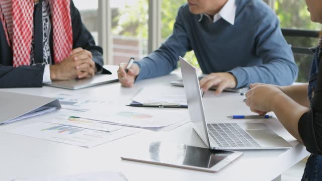 affärs team möte och planering för företaget för att uppnå målet och framgång. - accounting bildbanksvideor och videomaterial från bakom kulisserna