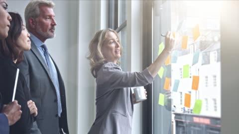 vídeos y material grabado en eventos de stock de pensamiento de equipo de negocios de ideas para el próximo proyecto - negocio corporativo
