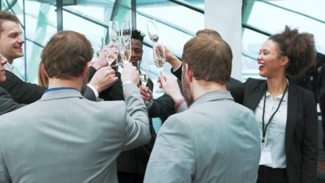 vidéos et rushes de affaires équipe grillage lors d'une pause - flûte à champagne